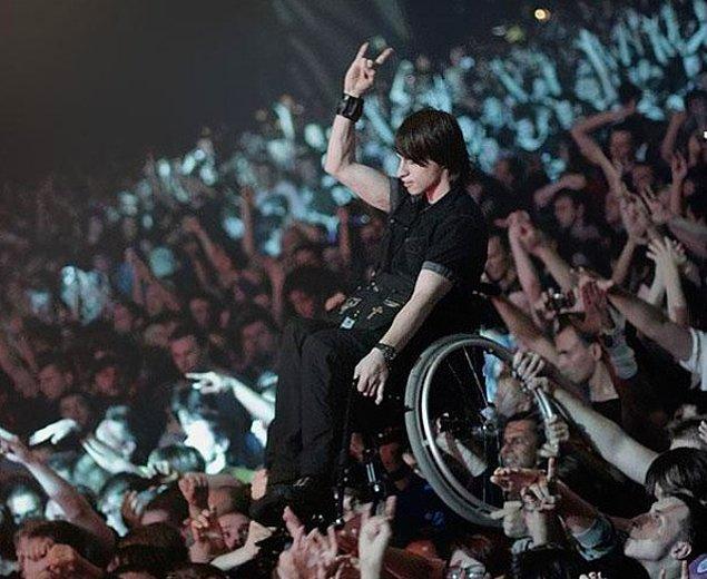 20. Moskova'da bir konserde sevdiği sanatçıyı göremeyen tekerlekli sandalyedeki hayranı, diğer izleyiciler yukarı kaldırmış.