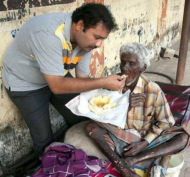 21. Krishnan adındaki ödüller kazanmış başarılı şef, kariyerini geride bırakarak evsiz insanlara yardım etmeye başladı.