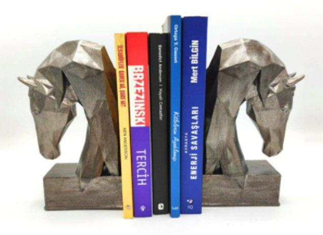 11. Kitaplıkları daha dekoratif hale getirmek için kitap tutucular en büyük yardımcılarımız.