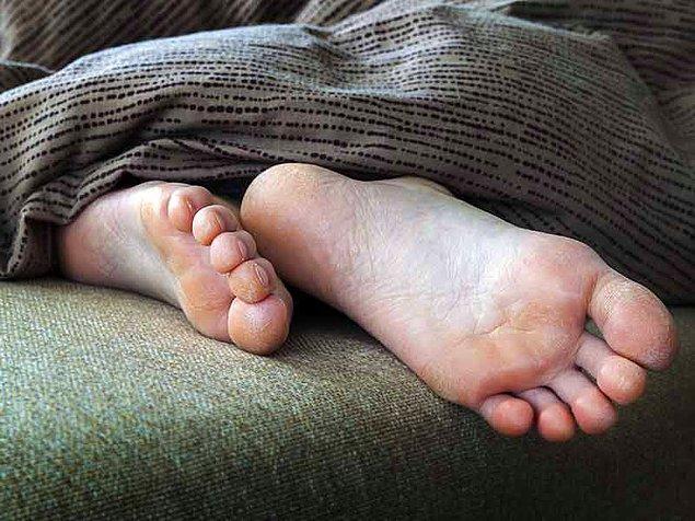 4. Çorapsız uyumak.