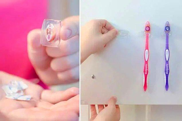 5. Eğer diş fırçası bardağınız için yeterli alanınız yoksa banyo dolabınızın iç kısmına kanca askıları yapıştırıp diş fırçalarınızı yerleştirebilirsiniz.