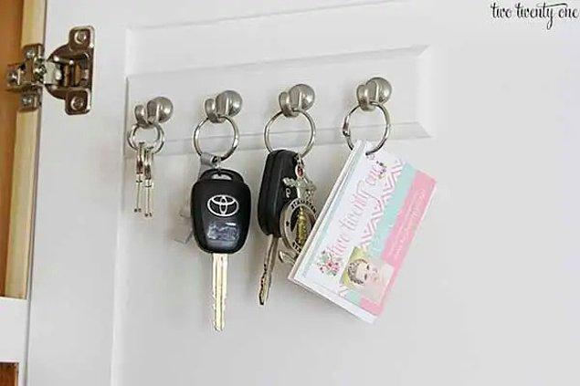 15. Özel bir anahtarlık alanı yerine vestiyere kancalar sıralayıp anahtarlarınızı buraya asabilirsiniz.