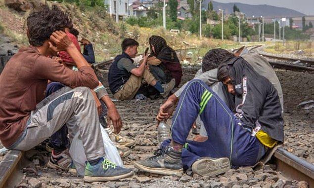 Taliban'dan kaçarak Türkiye'ye giriş yapan Afganlara ait görüntüler de son dönemde daha fazla görünür olmuştu. 👇
