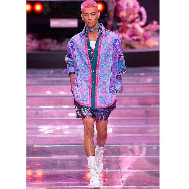 Onların ardından bu kez ilk kez bir erkek modelimiz, Koray Oğuz Versace'nin defilesinde yer alarak çıtayı biraz daha yükseltti.