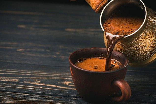 Türk kahvesi içmek.