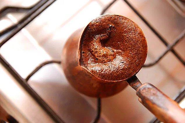 22. Türk kahvesinin köpüğü onu daha uzun süre sıcak tutuyor.