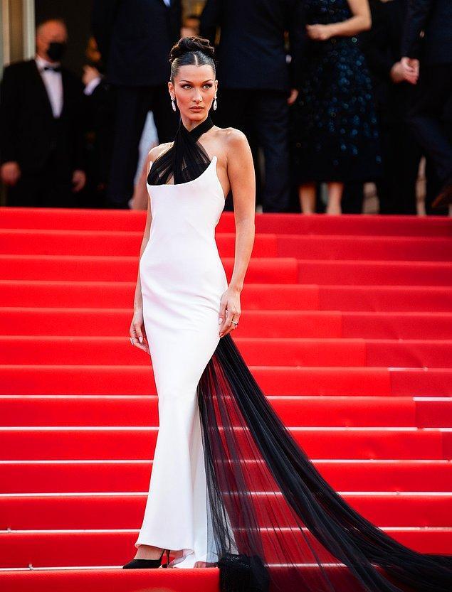 1. Bella Hadid, ilk olarak son dönemin modası olan şal üstleri kırmızı halıya adapte eden siyah beyaz elbisesiyle görüldü.