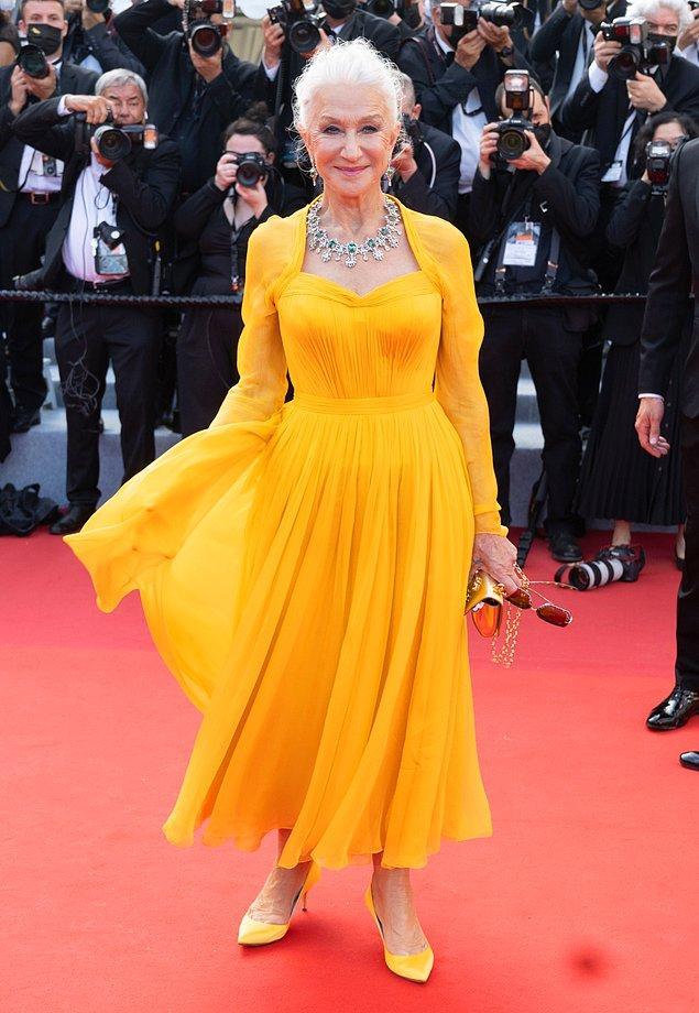 6. Helen Mirren'ın sarı tuvaleti renk anlamında en dikkat çekici elbiseydi.