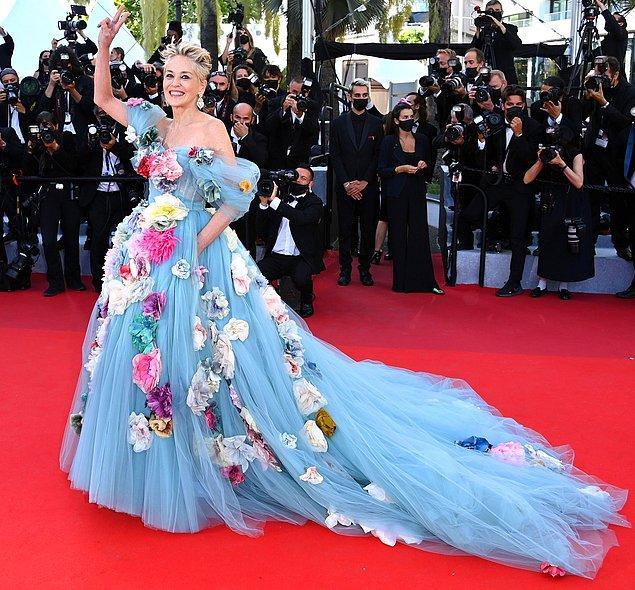 7. Sharon Stone, çiçek bahçesini andıran Dolce&Gabbana tuvaletiyle gözleri kamaştırdı.