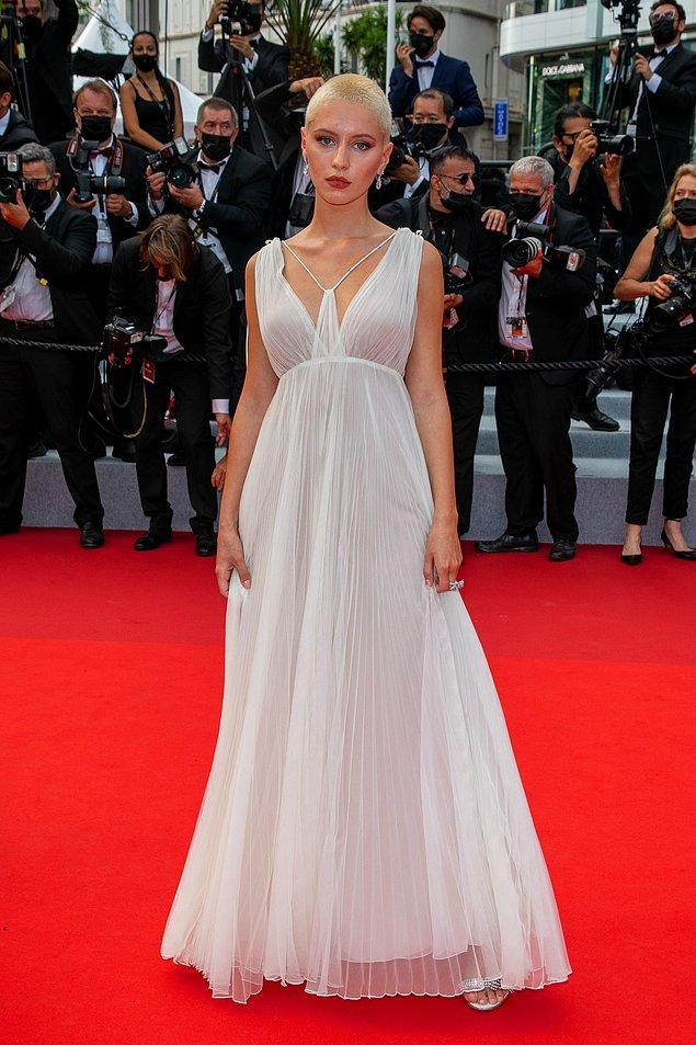 13. Jude Law'ın kızı Iris Law da tercihini beyazdan yana kullanmıştı.
