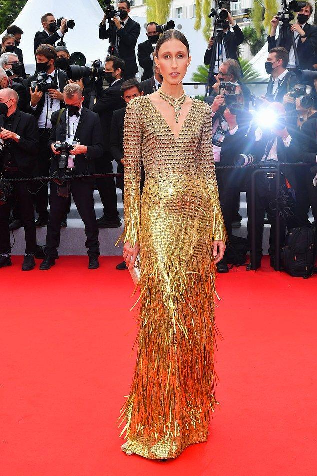 18. Anna Cleveland'ın altın tuvaleti de dikkat çeken elbiselerden biriydi.