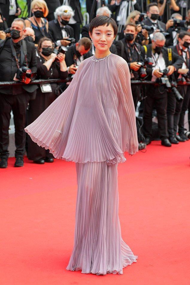 19. Huang Miyi tamamen tülden bir Dior tuvalet giydi.