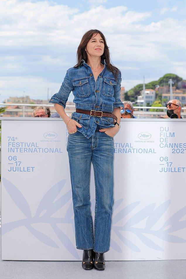 21. Charlotte Gainsbourg kot takımıyla herkesten farklı görünüyordu.