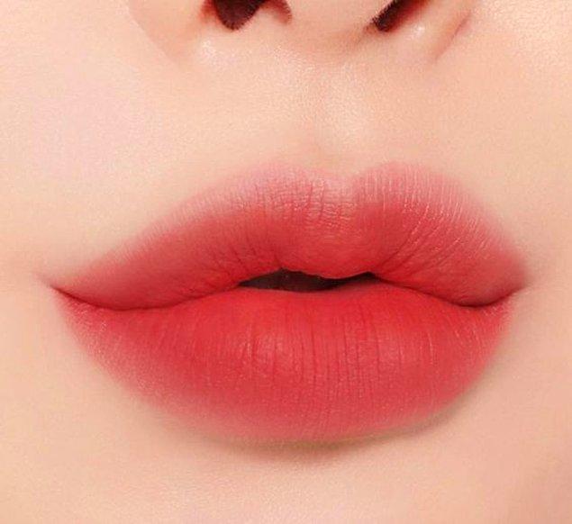 10. Dıştan içe olacak şekilde dudaklarınızı renklendirin.
