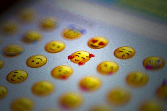 Aranızda artık emoji kullanmayan kalmamıştır. Herkesin emojileri kullanma ve yorumlama biçimi farklı olsa da kabul edelim ki birçoğumuz karşımızdaki insan emoji kullanmadığında derin düşüncelere dalıyor ve 'acaba bir sorun mu var' diye düşünüyoruz.😅