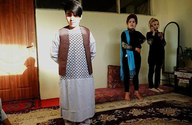 Afganistan'da da bu örneklerin gelenekleşmiş bir hali var; Beççe pûş.