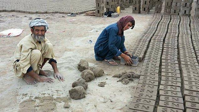 Bu çocuklar aynı zamanda çocuk işçi olarak da ailelerine katkıda bulunuyorlar.