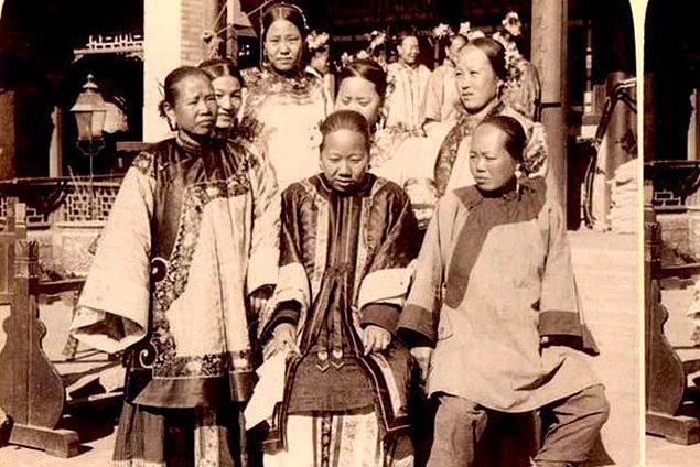 2. Antik Çin'de hem kadınlar hem de erkekler ayakta işerlerdi.