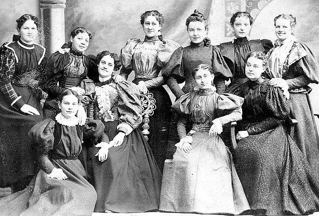 3. Yaklaşık 200 yıl önce Avrupalı kadınlar da ayakta işerlerdi.