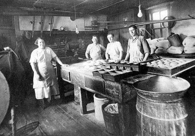 10. Avrupalı fırıncılar, mayayı keşfetmeden önce ekmeklerinin kabarmasına yardımcı olmak için idrarı kullandılar.
