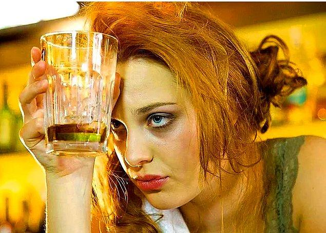 Ve bu yaşadığımız baş ağrısı öyle sıradan baş ağrılarına benzemiyor. İnsanın kanı çekiliyor adeta. Kendimizi anksiyete yaşıyor gibi hissediyoruz.
