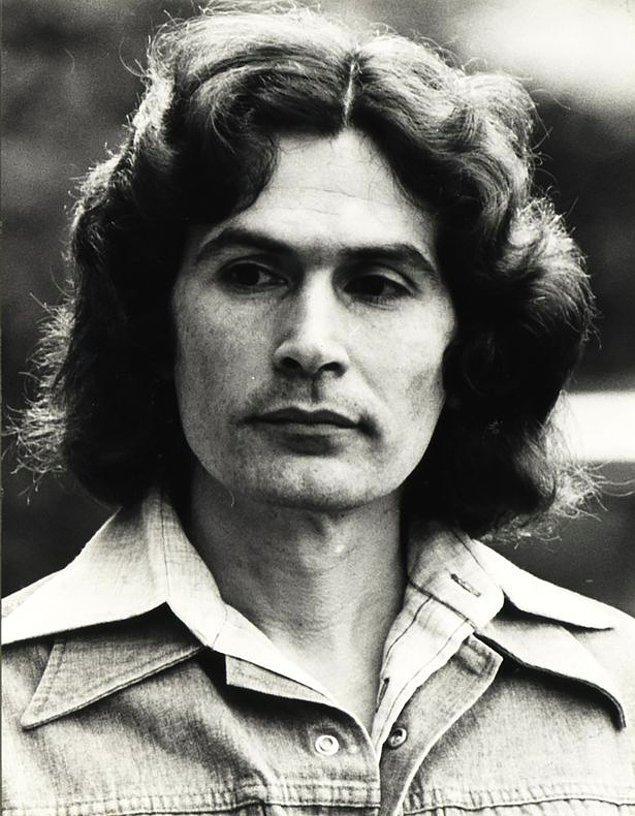 1978 yılında Dating Game programına çıkan ve herkesçe çok sevilen Alcala, burada kendini fotoğrafçı olarak tanıttı.