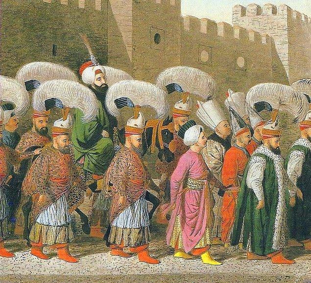 Osmanlı döneminde Kurban Bayramı kutlamaları arefe günü top atışıyla başlar bayramın son gününe kadar top atışları devam ederdi.