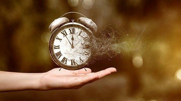 Bazen geçmişte kötü anıların olduğu günlere de özlem duyarız. Bunun sebebi ise beynimizin o günleri bütünlüklü olarak ele almasıdır. Yani yaşanmış iyi hatıraların da dâhil olduğu bir toplam bizde nostalji hissini uyandırır.