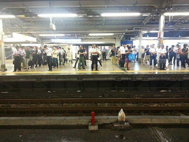 7. Japonya'da insanlar metroyu böyle bekliyor.