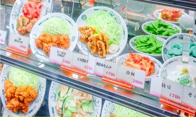 17. Japonya'daki birçok restoran, gerçek yemeğin neye benzediğini gösteren gerçekçi plastik modellere sahiptir.