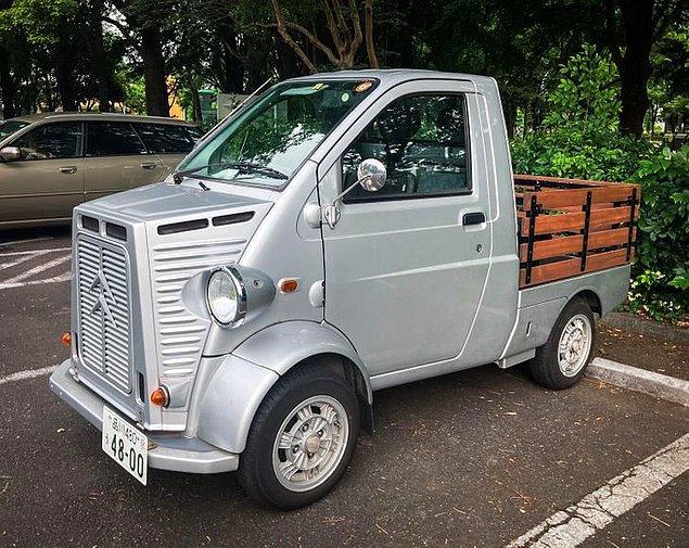 19. Japonya'daki arabaların alıştığımız arabaların yarısı kadar olduğunu herkes biliyor. Bu da minik bir kamyon.👇
