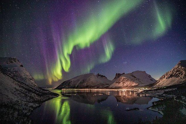 1. Kutup Işıkları aslında dünyanın manyetik alanıyla Güneş'ten gelen yüklü parçacıkların etkileşime girmesi ile ortaya çıkan doğal ışımalardır.