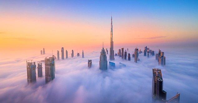 Arap Birleşik Emirlikleri dünyanın en kurak 10 ülkesi arasında yer alıyor, hava sıcaklığının artışı ile Dubai kenti de oldukça etkilendi ve termometreler 50 dereceyi gösterdi.