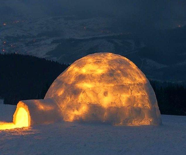 Sıcaklık meselesine gelecek olursak, karın yarattığı yalıtım etkisi içeride yakılan bir ısıtıcının yanında vücut sıcaklığı da olabilir.