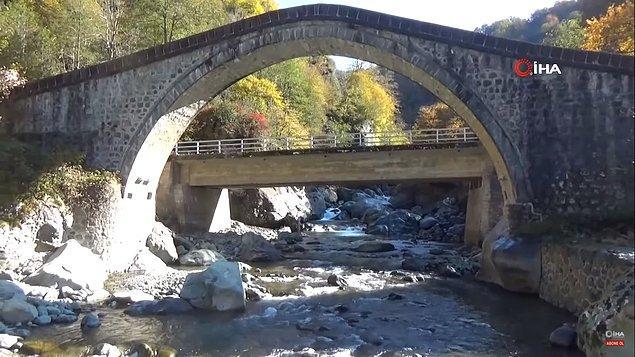 Kemerli köprü ile yeni karayolu köprüsünün bir başka açıdan görünüşü. 👇