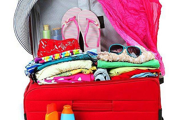 Şimdi tatil bavulunuzu hazırladığınızı farz edelim ilk önce. Koruyuculuğuna göre fiyatı artan güneş kreminizi, el kadar şort için verdiğiniz dünya paraları bir kenara bırakalım. Önümüzde daha harcanacak çok para var çünkü.