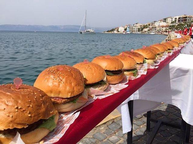 Çocuğunuzun ve sizin sahilde yiyebileceği en kolay yiyecek hamburger, bunda hemfikiriz değil mi? Şehirde yediğiniz gurme hamburgerleri bir kenara bırakın. İçinde donmuş köfteden mütevellit, sıradan bir hamburgerin fiyatı 40 - 50 TL arası ortalama. Daha bunun içinde kola yok. Ayran isterseniz zaten kapalı ayran gelmeyecek, ucuzluk marketlerinden alınmış litrelik ayranı bardakta yaklaşık 15 TL'ye içeceksiniz. İçinde iki dal nane varsa fiyatı artar tabii.
