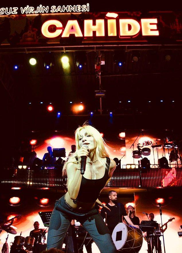 6. Aleyna Tilki, geçtiğimiz gün Cahide isimli mekanda konser verdi.
