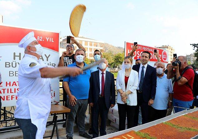 Büyükşehir Belediyesi tarafından, Atatürk Parkı'nda düzenlenen etkinlikte, 82 metrelik künefeyi pişirmek için ustalar ocak başına geçti.