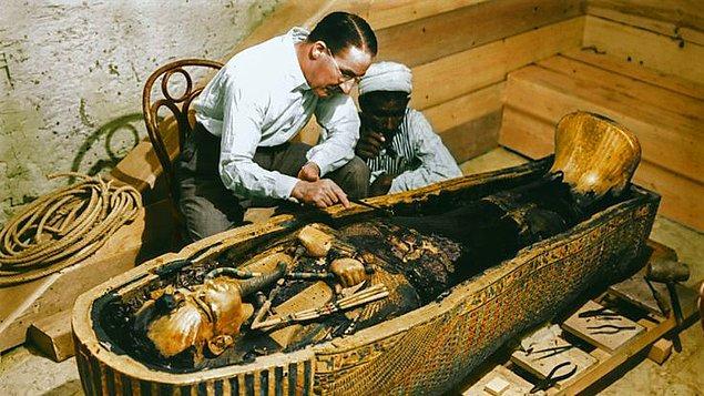7. Arkeolog Howard Carter uzun yıllar Tutankhamun'un mezarını aradı. Tüm ümitlerin tükendiği anda kazı alanında su taşıyan bir çocuk tesadüfen bir basamağa takıldı. Bu basamak, mezara giden 16 basamaktan ilkiydi...