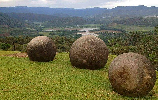 14. Kosta Rika'da bir orman arazisini temizlemek için buldozerle çalışmaya giden işçiler, bu alanda kadim Diquís kültürüne ait ve mükemmel şekillenmiş yüzlerce taş küre buldular.