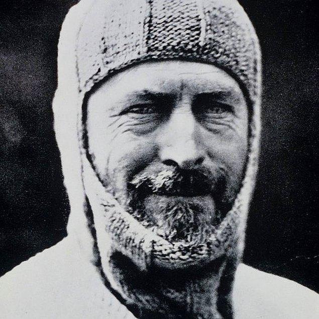 Geriye kalan 160 kilometrelik yolu tek başına kat eden Douglas Mawson, yol boyunca Ninnis gibi bir yarığa düşse de kazığa tutunduğu için kendini yukarı çeker ve üsse geri dönmeyi başarır.