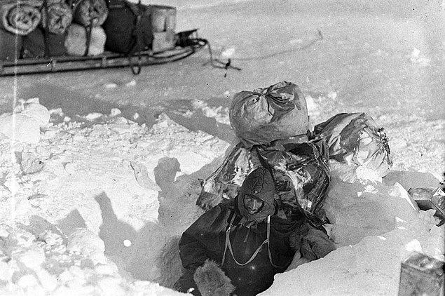 Çadırlara ve kendine sürekli zarar veren Mertz'i Mawson durdurmaya çalışsa da durumu gitgide ciddileşir ve yaşadığı nöbetler sonucu komaya girerek hayatını kaybeder.