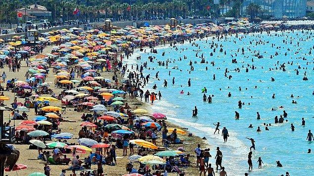 Hem bayram hem de yaz tatilinin gelmesiyle insanlar sahillere akın etti, aylardır evde kalmanın acısını bir şekilde çıkarmaya çalışıyor.