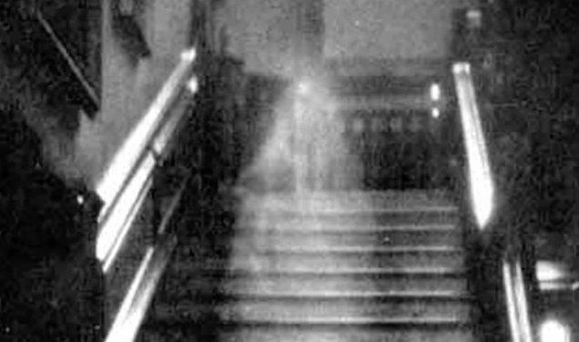 1. En korkunç hayalet fotoğraflarından olan 'Raynham Hall Brown Lady' 1936 yılında çekildi ve 'Country Life' dergisi için fotoğraf çeken görevlilerden bir tanesi kadraja baktığında dehşete kapıldı...