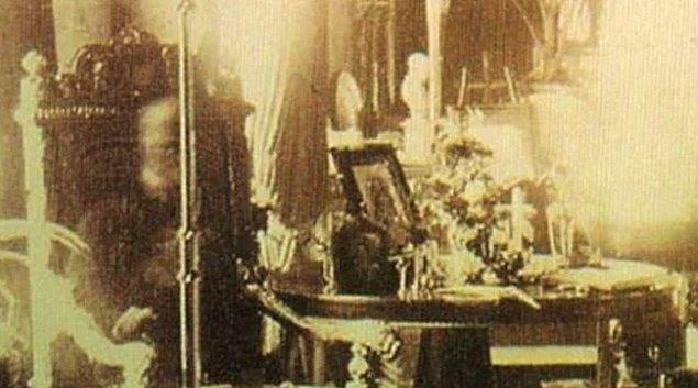 3. 1891 yılında kaza süsüyle öldürülen Lord Combermere'in cenazesinin olduğu kilisedeki kütüphanede bir fotoğraf çekildi...
