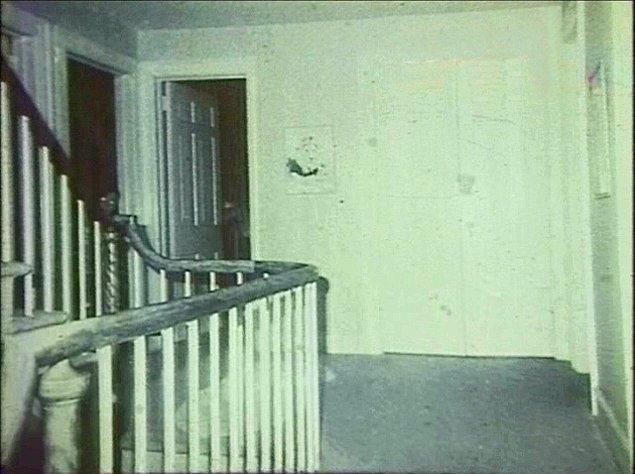 8. Bu ürkütücü karenin ise paranormal olay uzmanları Ed ve Lorraine Warren tarafından gerçekleştirilen 1976 soruşturması sırasında meşhur Amityville evinde çekildiği iddia ediliyor.