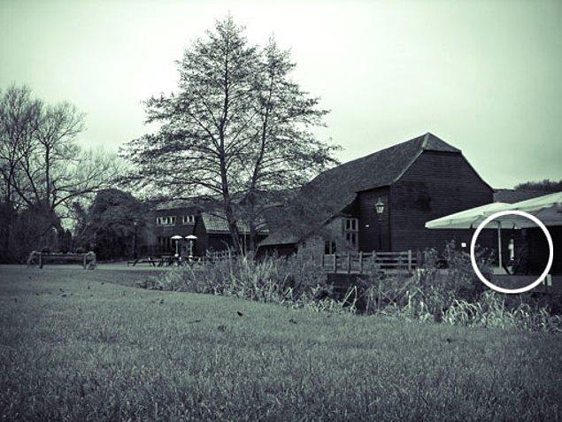 10. 2008 yılında fotoğrafçı Neil Sandbach, bir çiftlikte düğün yapmayı planlayan çift için çekim yaptı...