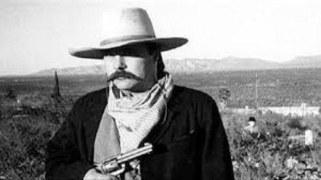7. Terry Ike Clanton'ın Arizona'nın Boothill Mezarlığında kovboy kıyafetleri giymiş bir arkadaşının bu fotoğrafını çekmesi tüm hayatını değiştirdi...