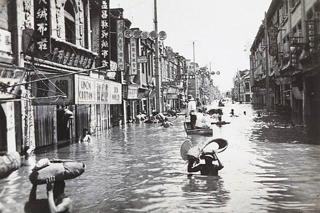 Sonuç olarak yoğun yağışlardan ve kıştan kalan buzulların erimesinden dolayı nehir yatakları taştı ve büyük bir felakete dönüştü.